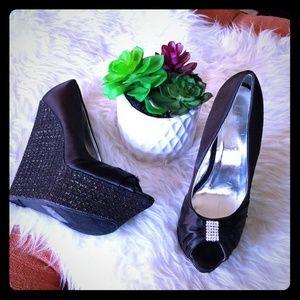 🌺Liliana black/gold wedge heels🌺
